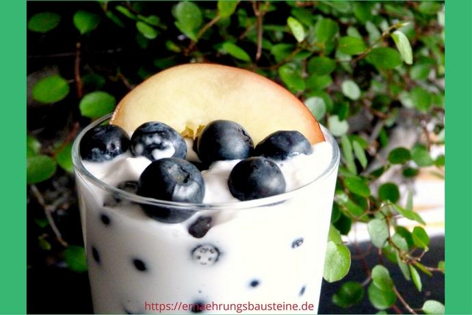 Kokosjoghurt mit Blaubeeren und Nektarine